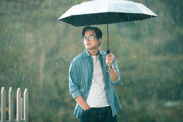 Mai Tài Phến có vai chính điện ảnh đầu tay trong Em gái mưa sau khi nổi tiếng.