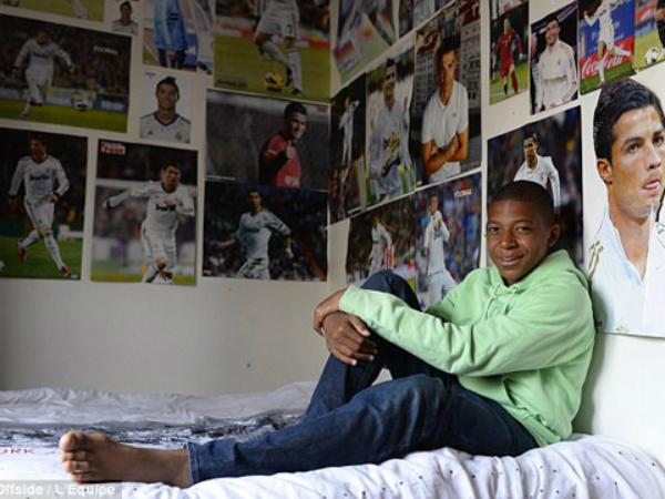 Mbappe rất thần tượng Ronaldo, anh chàng thích CR7 đến nỗi trong căn phòng nhỏ của cậu tràn ngập những bức ảnh của siêu sao người Bồ. Thằng bé là một fan cuồng của Ronaldo, một Madridistas chính hiệu. Nó thường lên mạng và xem các video về Ronaldom ngày nào cũng vậy, hàng giờ liền, cha của Mbappe, ông Mbappe Wilfried chia sẻ với báo giới.