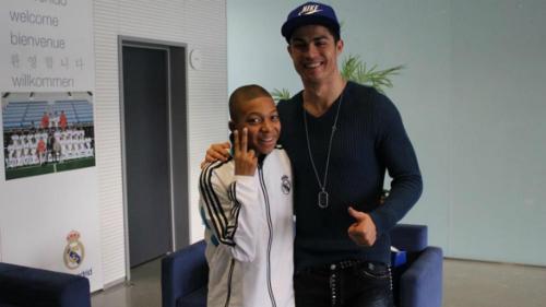 Kylian Mbappe 20 tuổi là ngôi sao sáng của đội tuyển Pháp. Anh từng là một fan nhí vô cùng hạnh phúc khi có cơ hội chụp ảnh với siêu sao Cristiano Ronaldo năm 14 tuổi.