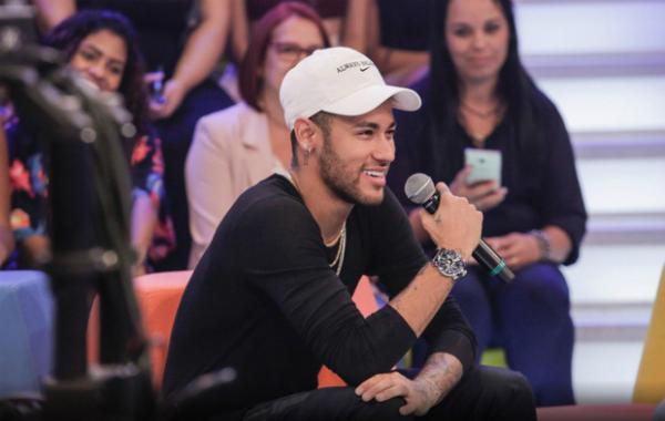 Neymar tự tin, rạng rỡ trong những giây phút đầu chương trình.
