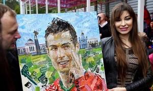 Ronaldo được fan bày tỏ tình cảm trên sân tập