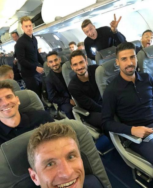 Soái ca nước Đức khoe ảnh tự sướng trên khoang máy bay.