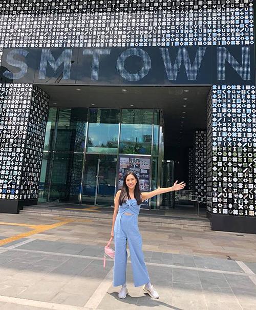Diệu Nhi hào hứng check-in khi đến thăm trụ sở của SM Town tại Hàn Quốc.