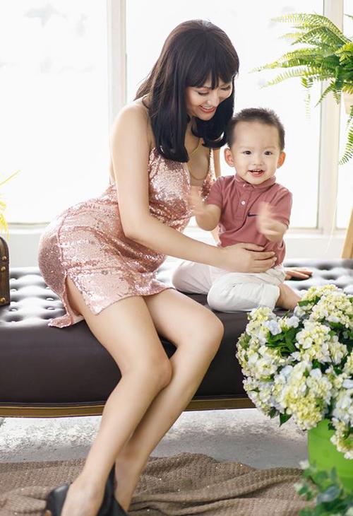 Phi Thanh Vân gây tranh cãi khi thường xuyên diện đồ sexy quá mức chụp ảnh bên con trai.