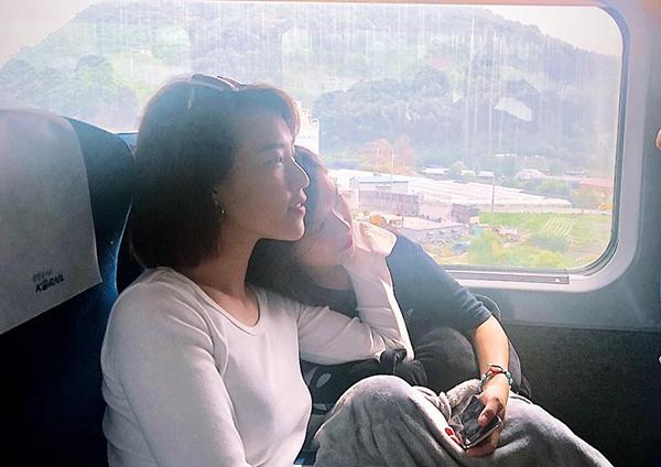 Hoàng Oanh tình tứ với Yến Chibi từ trong phim Tháng năm rực rỡ ra ngoài đời.