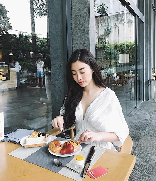 Mỹ Linh ngay cả lúc ăn sáng trông cũng đầy thanh tao.