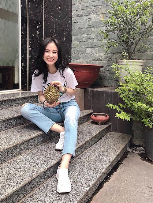 Angela Phương Trinh khiến fan khó hiểu khi tạo dáng với... trái sầu riêng.