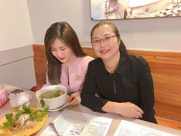 Hương Tràm và mẹ sang Australia nhưng vẫn vào nhà hàng ủng hộ phở Việt.