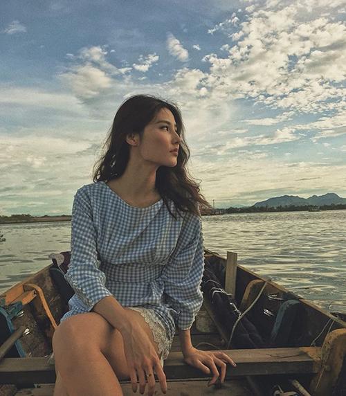 Diễm My đẹp mong manh trong chiều hoàng hôn trên biển.