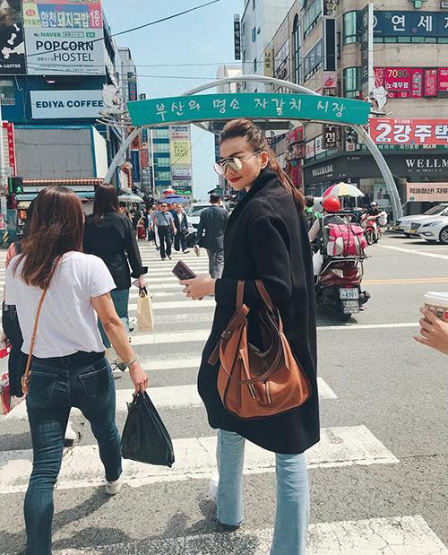 Thanh Hằng mặc sang chảnh trong lần đầu đặt chân đến Busan, Hàn Quốc.