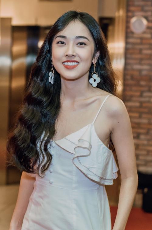 Hot girl Mi Soa xuất hiện với vẻ rạng ngời để chúc mừng Hồng Thanh.
