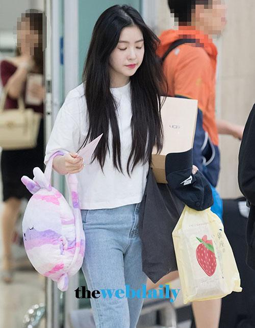 Irene vừa đi vừa ngủ khi bay chuyến đêm. Cô nàng trẻ như sinh viên với combo áo phông trắng, quần jean và balo thú bông.
