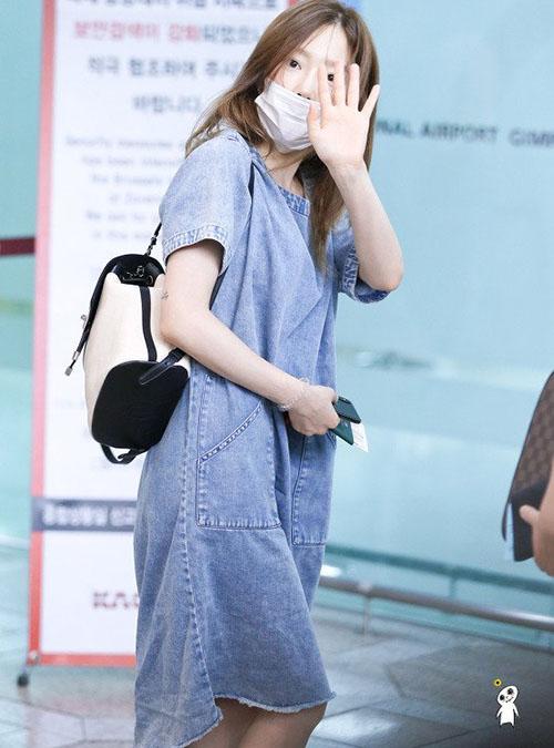 Khi không có thời gian thì chỉ cần váy denim dáng suông, khẩu trang như set đồ của Tae Yeon là ổn nhất. Nữ thần tượng thể hiện đẳng cấp với balo Chanel.