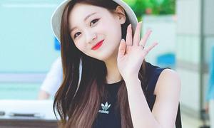 Sana thành biểu tượng gợi cảm, Soo Jung lộ vòng eo 'trong mơ'