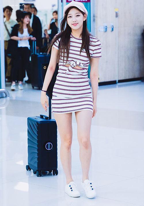 Yein cũng không kém cạnh với chiếc váy lộ buộc eo. Những mẫu váy bó, dáng liền được nhiều idol nữ lựa chọn khi muốn khoe vẻ nữ tính.
