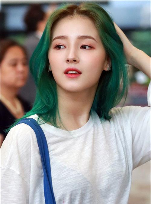 Mỹ nhân lai Nancy (Momoland) gây náo loạn với mái tóc xanh, tông tóc nổi loạn được ưa thích mùa hè 2018.