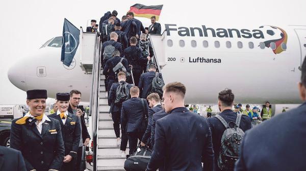 Hai ngày trước VCK World Cup 2018, đội tuyển Đức trong tâm thế của ĐKVĐđã có mặt ở sân bay quốc tế Frankfurt và làm lễ xuất quân. Các sao sáng Đức di chuyển bằng chuyên cơ riêng do hãng Lufthansa sắp xếp để bay tới Nga với mục tiêu bảo vệ ngôi vàng hãy cùng viết nên lịch sử.