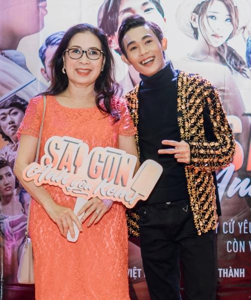 Nghệ sĩ Kim Xuân đến chúc mừng Hồng Thanh ra mắt phim đầu tay.