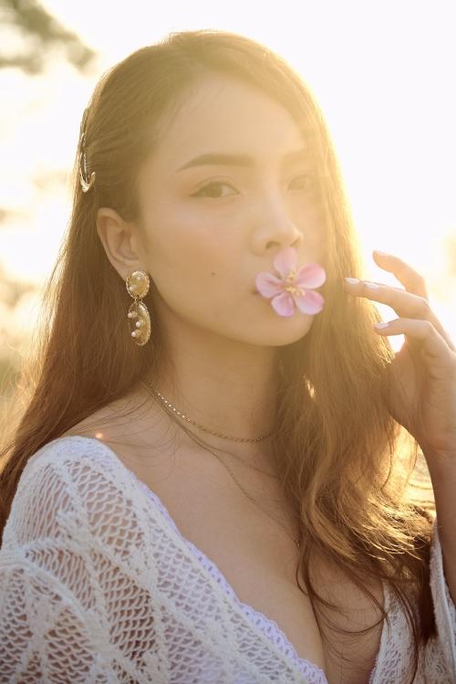 Với sản phẩm âm nhạc đánh dấu sự trở lại này, Yến Trang muốn tiếp tục thay đổi màu sắc âm nhạc, hướng đến hình ảnh đa dạng. Không còn gói gọn trong nhạc dance với những vũ điệu bốc lửa, cô nàng chọn dòng nhạc nhẹ nhàng, trẻ trung.