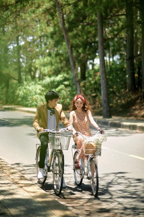 Loạt ảnh ngọt ngào trong MV trông như thật này là nguyên nhân khiến tin đồn đám cưới của Yến Trang lan truyền. Khi nói về chuyện tình cảm thật sự, Yến Trang cho biết đang hạnh phúc với chuyện tình yêu nhưng chưa quyết định sẽ tổ chức lễ cưới. Đến thời điểm thích hợp, Yến Trang sẽ thông báo tin vui đến mọi người, cô nói.