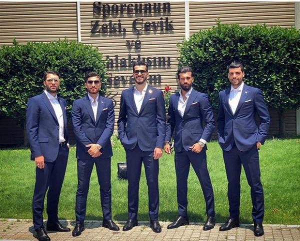Tham dự World Cup 2018, các cầu thủ Iran quyết định không sử dụng giày thi đấu được sản xuất từ hãng Nike vì vấn đề nhạy cảm liên quan đến chính trị giữa Iran và Mỹ. Họ tự sắm những đôi giày tại các cửa hàng Nga từ các hãng khác như Adidas, Puma hay New Balance.