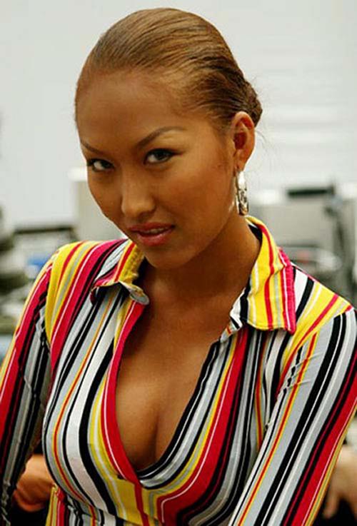 Với tổng cộng hơn 15 lần đại tu toàn bộ cơ thể, Phi Thanh Vân được mệnh danh là nữ hoàng dao kéo của Vbiz. Ca phẫu thuật thẩm mỹ đầu tiên của cô là năm 15 tuổi, khi cô gặp tai nạn và phải nắn lại xương mũi cho thẳng. Từ năm 2003, người đẹp bắt đầu thành con nghiện dao kéo, sửa sang nhiều bộ phận trên cơ thể, tiêu tốn hàng tỷ đồng.