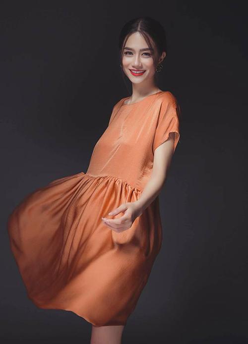 Người đẹp còn đang sở hữu một cửa hàng thời trang riêng chuyên kinh doanh đồ thiết kế.