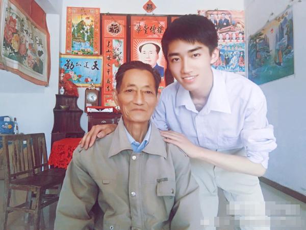 Trương Vạn Bằng chụp ảnh cùng ông nội.