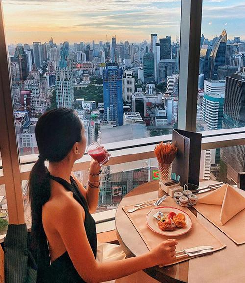 Băng Di thưởng thức bữa sáng trong nhà hàng sang trọng với view từ trên cao đúng chuẩn hội con nhà giàu.