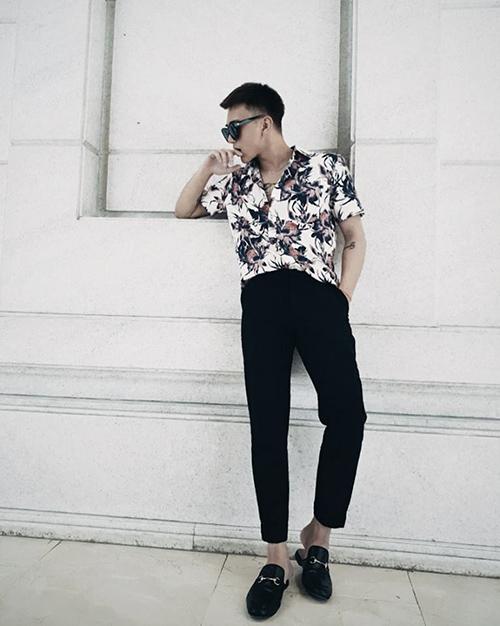 Soobin Hoàng Sơn mặc đơn giản vẫnchất lừ trên phố.