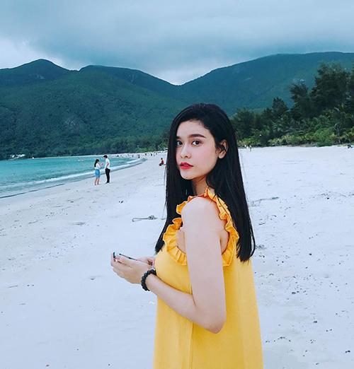 Trương Quỳnh Anh diện váy vàng tươi như mang nắng đến biển xanh.