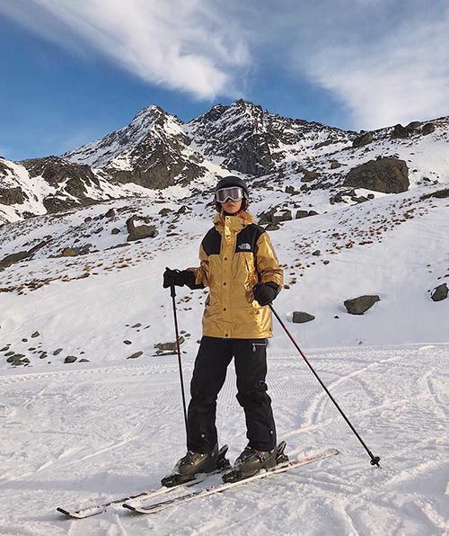 Quỳnh Anh Shyn khiến fan đua nhau ghen tỵ vì giữa mùa hè vẫn được đi trượt tuyết.