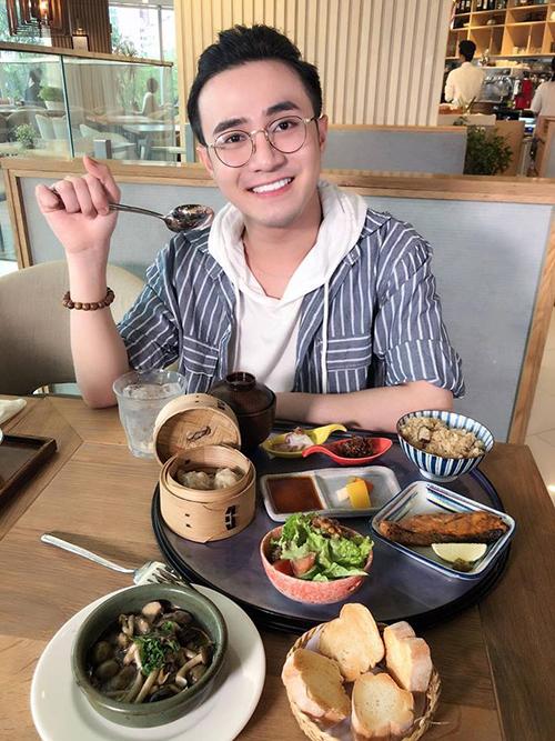Huỳnh Lập tạo dáng điệu chụp hình trước khi dùng bữa.