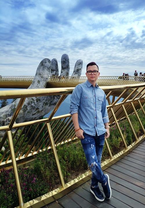 Đạo diễn Long Kan nổi lên như một hiện tượng sau một chuỗi show thời trang cùng NTK Hoàng Hải trải dài từ Sài Gòn, Hà Nội đến Cannes - nước Pháp. Từ show Ngôn Ngữ Hoa cuối tháng 6/2016 tại TP HCM đến Dè Hà Nội à Paris  ngày 13/5/2017 tại Đại sứ quán Pháp Hà Nội, Long Kan đã thổi một luồng gió mới trong cách cảm nhận thời trang cho những tín đồ thời trang. Mới nhất, anh đảm nhận vai trò đạo diễn show diễn Les Etoiles Dè Cannes (Những ngôi sao Cannes) của NTK Hoàng Hải.