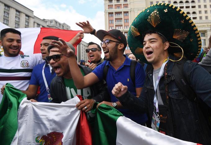 <p> Người hâm mộ Mexico không kém phần cuồng nhiệt. Họ đội chiếc mũ truyền thống đất nước này khi chào đón thành viên đội tuyển quốc gia đang ở trên xe buýt sau buổi luyện tập tại Moskva.<br /> Chỉ vài giờ nữa trên sân Luzhniki, thủ đô Moskva, Nga khán giả sẽ được chứng kiến những màn biểu diễn đầy sôi động trong đêm khai mạc World Cup 2018. Lễ khai mạc diễn ra lúc 20h ngày 14/6 (giờ Hà Nội).</p>