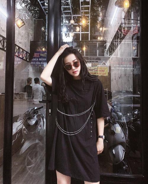 Khuôn mặt của Linh Hương được một vài người nhận xét có nét giống với hot girl đời đầu Vân Navy.