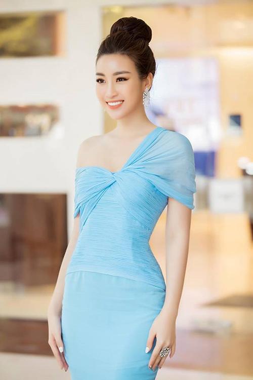Sau 2 năm đương nhiệm, Mỹ Linh được khen ngày càng xinh đẹp mặn mà. Hình ảnh của cô khi xuất hiện tại các sự kiện tuy có phần an toàn nhưng giúp người đẹp luôn ghi điểm, ít khi mắc lỗi trang phục.