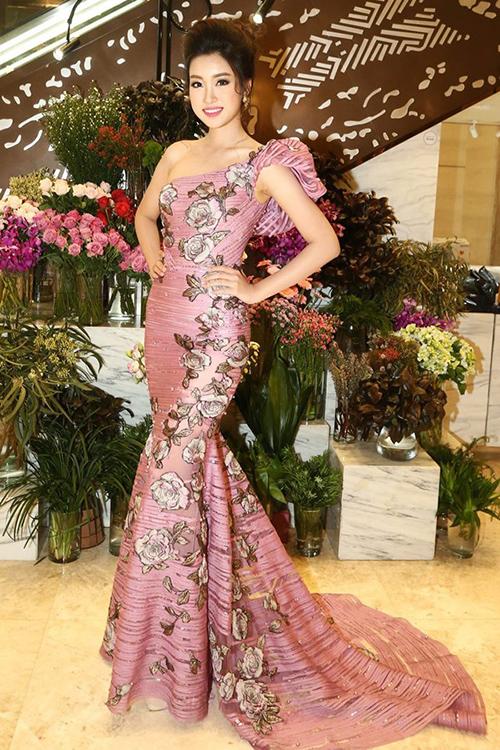 Kiểu váy gợi cảm Mỹ Linh diện ròng rã 2 năm đương nhiệm - 6