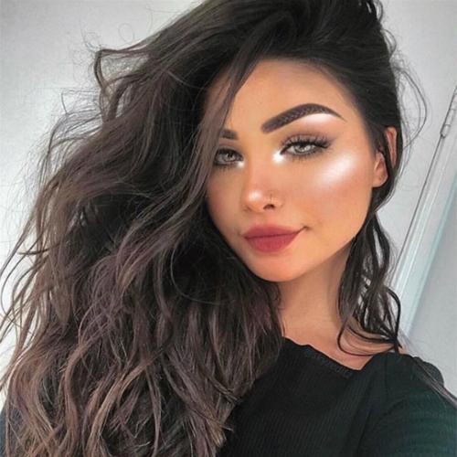 Lối trang điểm này tôn lên những đường nét sắc sảo trên gương mặt, giúp các cô gái phương Tây trông càng sexy.