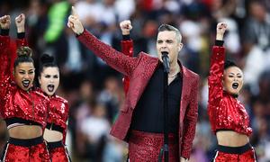 Robbie Williams đối diện án phạt nghìn đô sau hành động 'ngón tay thối' tại World Cup