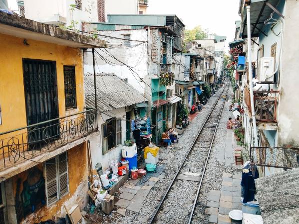 Sự pha trộn giữa nét văn hoá Á - Âu, giữa cổ kính và hiện đại là một nét đẹp riêng có của những con phố cổ ở Hà Nội. Đây cũng chính là lý do vì sao ngay giữa lòng quận Ba Đình lại có một con phố đặc biệt được biết đến với cái tên phố đường tàu.