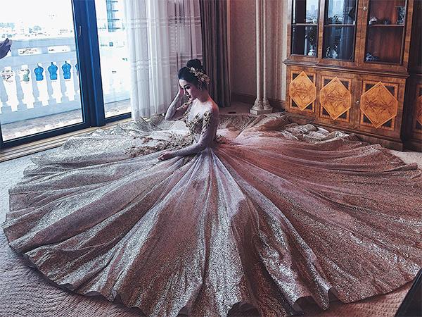 Huyền My lộng lẫy như công chúa khi diện bộ váy bồng bềnh tốn vải.