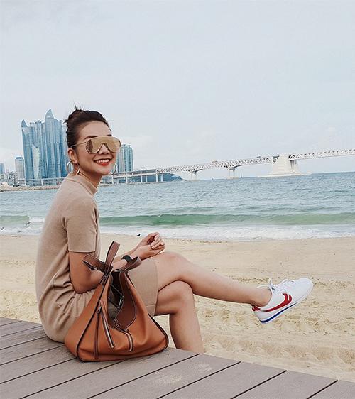 Thanh Hằng trẻ trung khi ra biển Busan đi dạo.