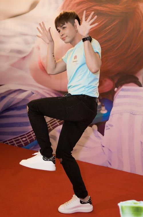 Jun Phạm trò chuyện, chơi trò chơi và lần đầu tiên thể hiện live ca khúc vừa phát hành MV trên sân khấu.