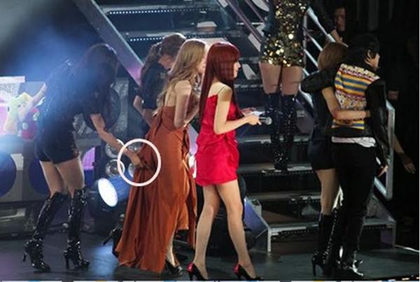 Với tính cách cẩn thận, Seo Hyun nhiều lần âm thầm giúp các thành viên trong nhóm để họ luôn có diện mạo hoàn hảo. Một lần khác, cô nàng chẳng ngại lùi bước về phía sau, nắm đuôi váy cho Tae Yeon để trưởng nhóm di chuyển dễ dàng hơn.