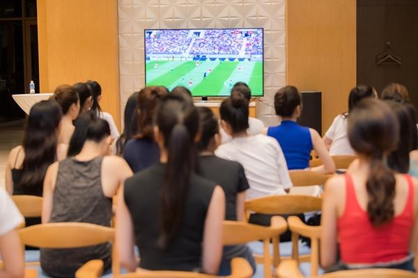 Khi được BTC thông báo sắp xếp một buổi xem World Cup, các thí sinh tỏ ra sức hào hứng, hoàn thành sớm buổi tập luyện và tranh thủ trở về phòng chuẩn bị cho buổi tối xem bóng đá.