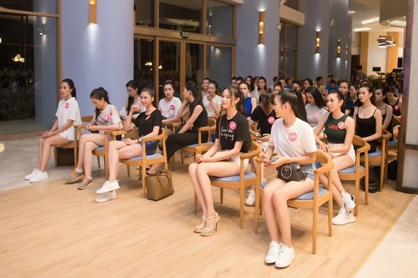 Hoà chung không khí sôi động của World Cup 2018, tối 14/6, các thí sinh Hoa hậu Việt Nam 2018 cùng nhau cổ vũ giải bóng đá lớn nhất hành tinh. Sau một ngày tập luyện catwalk tuy khá mệt mỏi nhưng các thí sinh HHVN vẫn không bỏ lỡ cơ hội xem lễ khai mạc và trận đấu đầu tiên của giải bóng đá lớn nhất hành tinh.