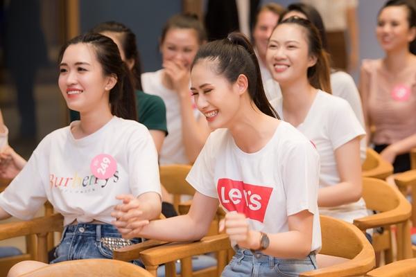 Các cô gái thể hiện tình yêu bóng đá nồng nhiệt nhưng hết sức ngọt ngào. Sự trẻ trung cùng nụ cười rạng rỡ như thắp thêm tình yêu bóng đá lan toả khắp khán phòng.