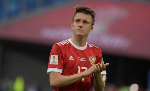 Tỏa sáng ngay từ trần đầu, cái tên Golovin phủ sóng khắp mạng xã hội. Không chỉ được mến mộ bởi tài năng bậc nhất nước Nga, anh chàng còn khiến phái nữ xiêu lòng vì vẻ điển trai.