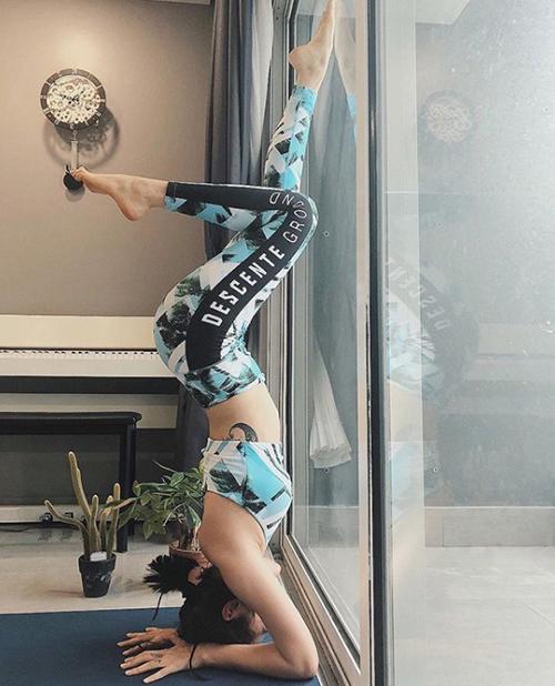 Bảo Anh tập yoga ngày càng điêu luyện.